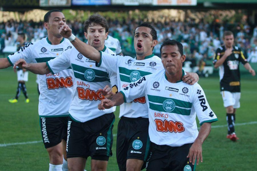 Jogadores do Coritiba capricham na comemoração: goleada no Couto / Franklin de Freitas/AE