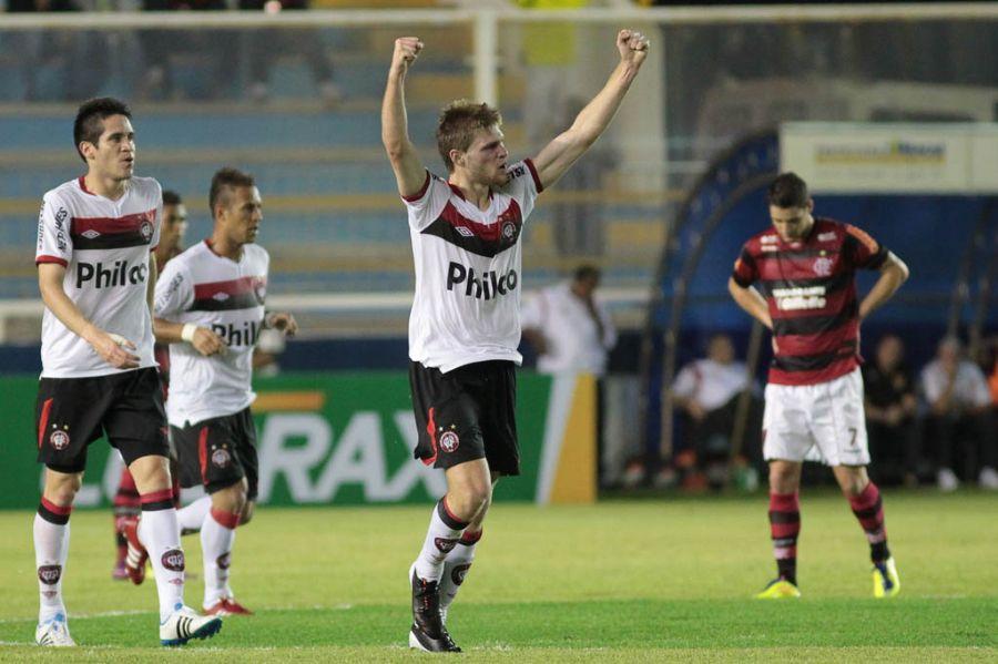 Héracles vibra com gol do Atlético-PR, diante de um Thiago Neves cabisbaixo / Rui Porto Filho/Fotoarena/AE