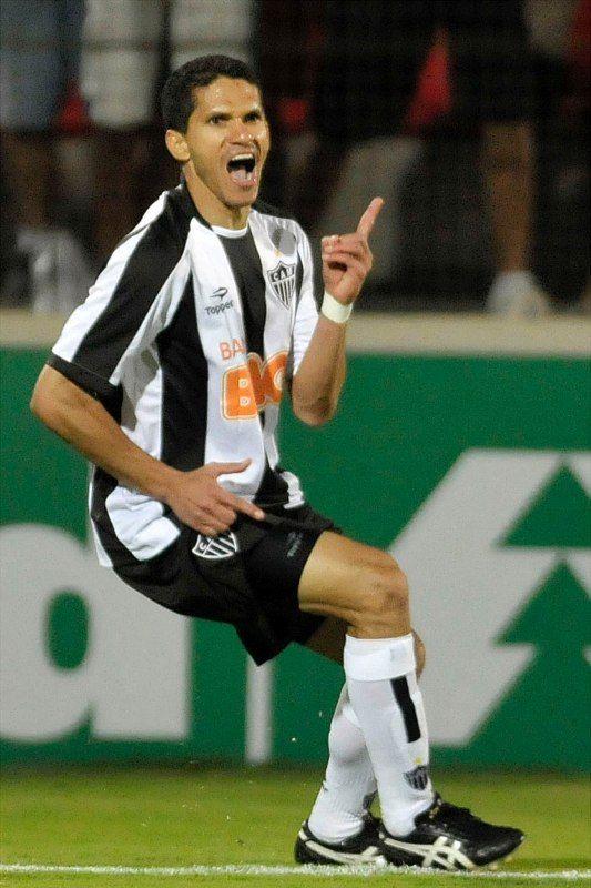Magno Alves comemora um dos dois gols que fez na vitória do Atlético-MG contra o Bahia / Pedro Vilela/Futura Press
