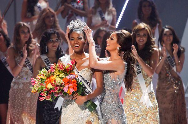 Leila Lopes é coroada Miss Universo 2011 por sua antecessora, Ximena Navarrete