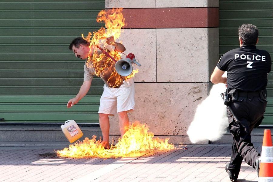 Grego colocou fogo em seu corpo em protesto na Grécia / Nontas Stylianidis/AFP