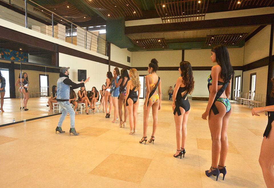 Candidatas ensaiam coreografia para desfiles