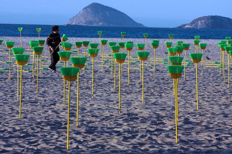 Ativista colocando vassouras na Praia de Copacabana / Amadeu Bocatios / Futura Press