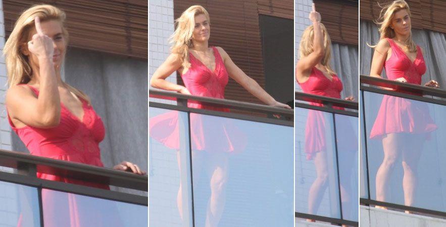 b42841834 Carolina Dieckmann faz gesto obsceno no RJ. A atriz estava gravando cenas  da novela