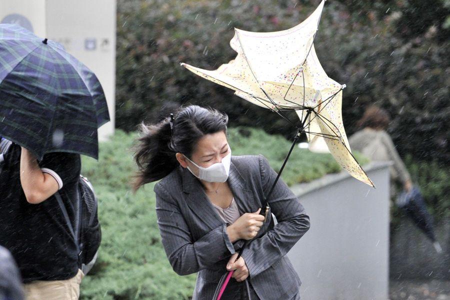Japoneses sofrem com os fortes ventos no país / Yoshikazu Tsuno / AFP