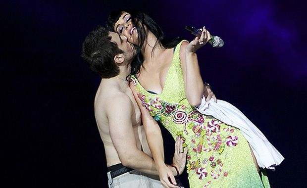 Júlio César beija Katy Perry / Raul Aragão/Grudaemmim