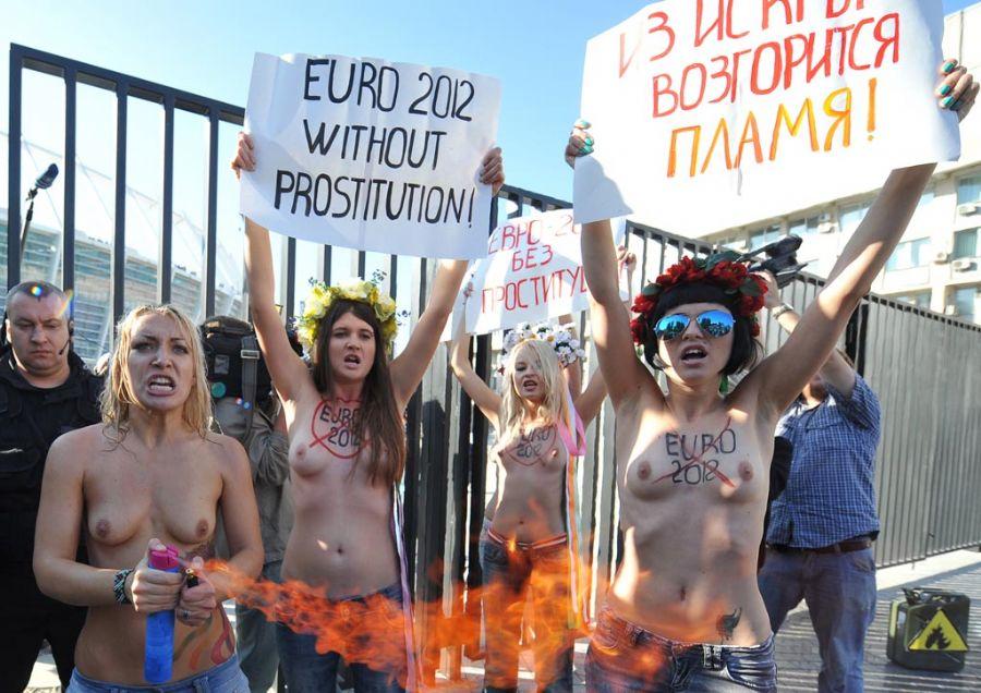 Manifestantes em frente ao Estádio Olímpico de Kiev / Genya Sailov/AFP