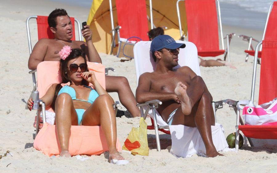Nicole Bahls toma sol exibe corpão / Dilson Silva/AgNews