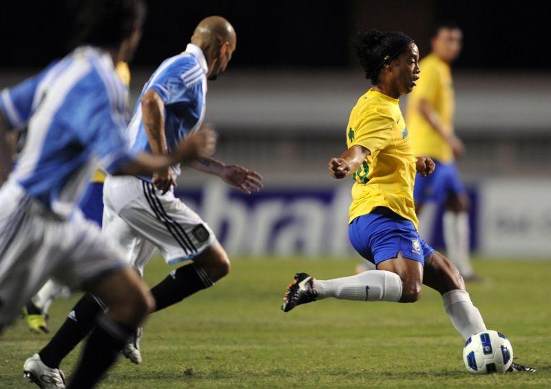 Ronaldinho é cercado pela marcação argentina na vitória do Brasil / Antonio Scorza/AFP
