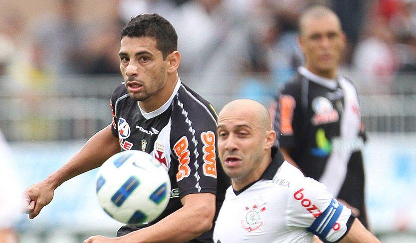 Diego Souza e Alessandro disputam a bola / Site Oficial/Vasco