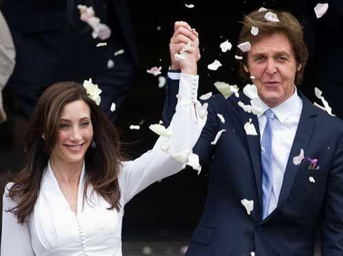 Os noivos receberam uma chuva de papel picado ao deixarem o local do casamento / Leon Neal/AFP