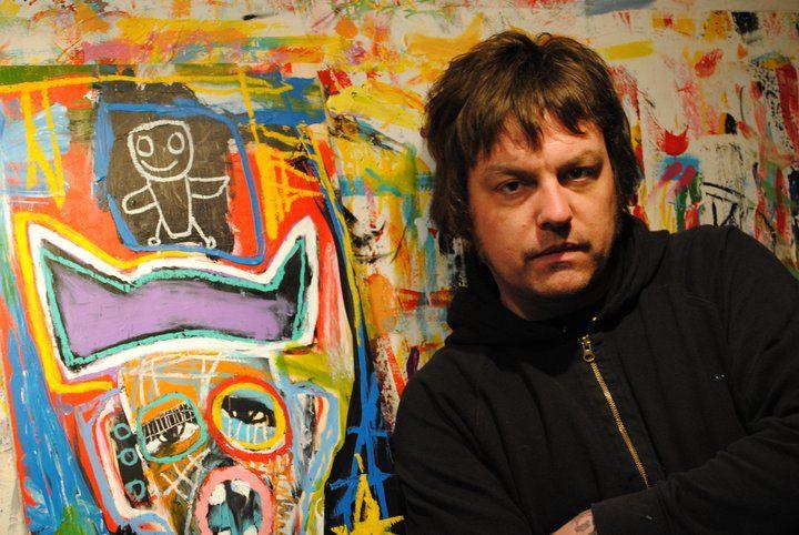O artista com uma de suas telas / Reprodução/Facebook oficial