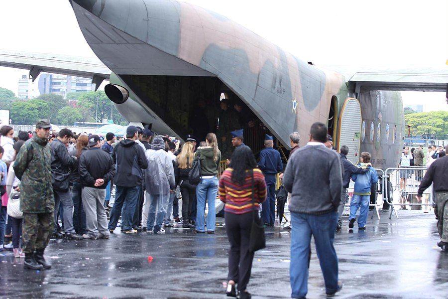 Visitantes fizeram fila para ver aviões da FAB neste domingo / Carlos Pessuto/Futura Press