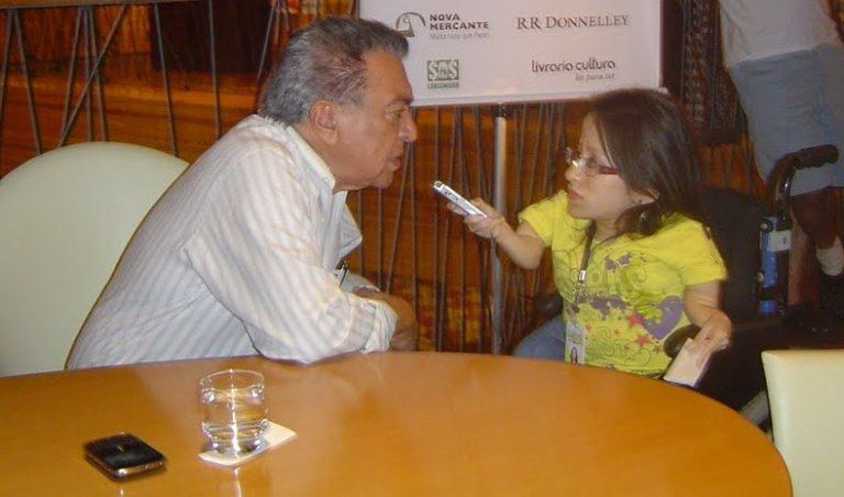 Heloísa trabalhando: durante a entrevista com um de seus ídolos, o desenhista Mauricio de Sousa  / Arquivo Pessoal