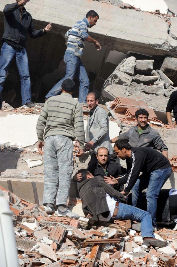 Autoridades procuram por pessoas que ficaram soterradas nos escombros após forte tremor de terra  / Anatolia News Agency/Abdurrahman Antakyali/AFP