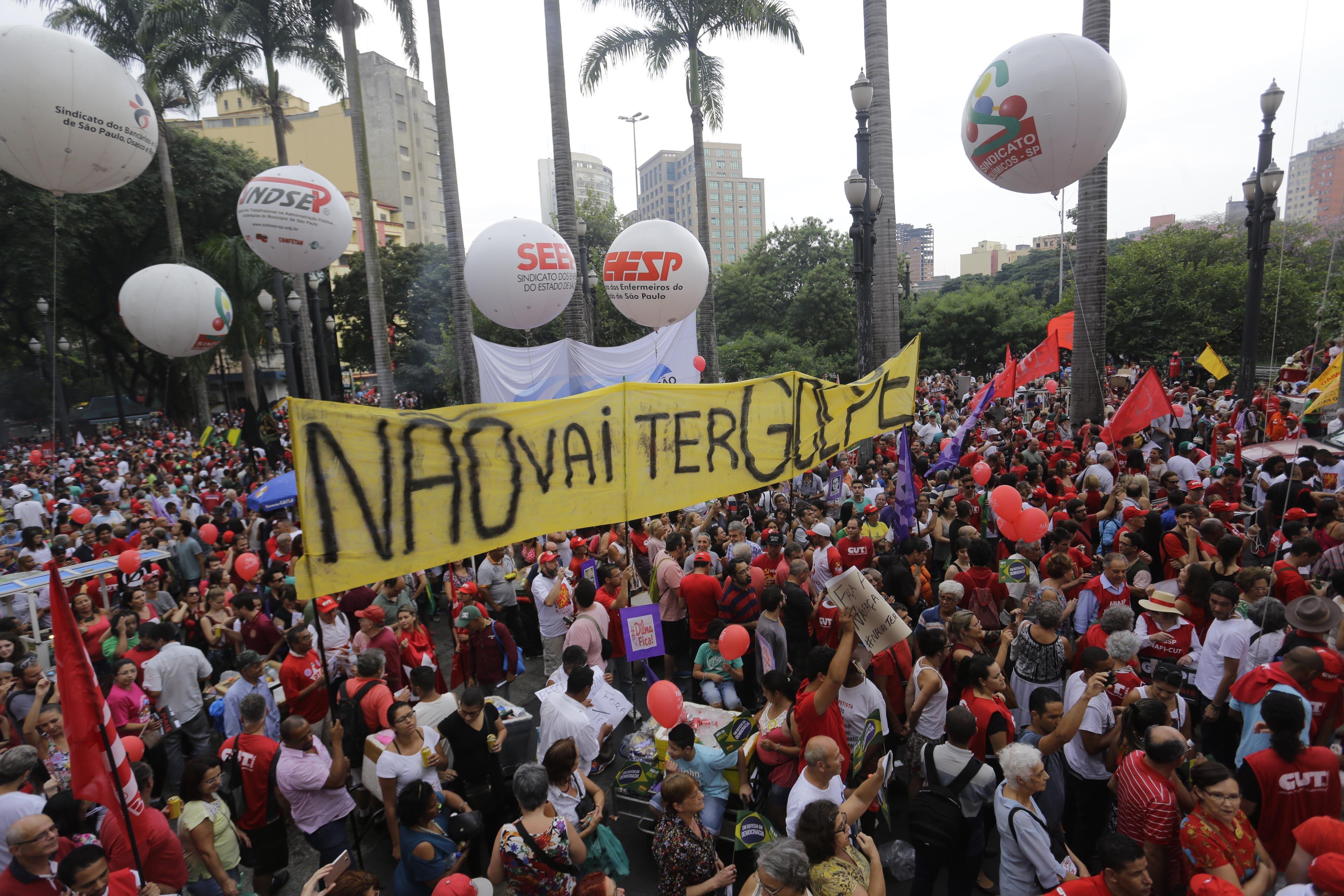 Manifestantes fazem ato contra o impeachment