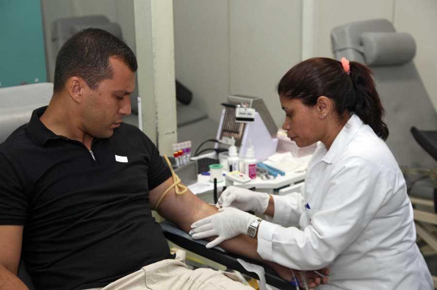 Policial Disraeli Gomes compareceu ao Hemorio para doar sangue  / Marcelo Horn/ Governo do Rio