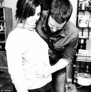 Mãe e padrasto de Selena Gomez curtindo a gravidez / Reprodução/Twitter
