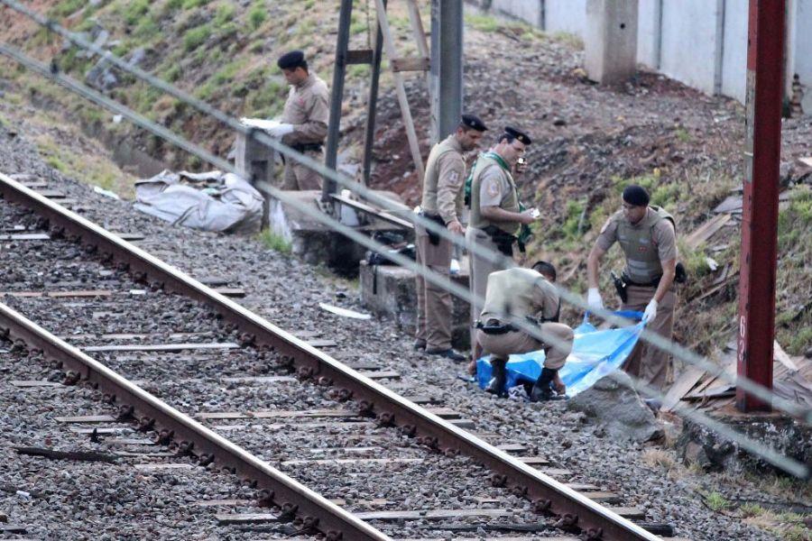 As vítimas caminhavam pela via quando foram atingidas pelo trem / Luiz Guarnieri/AE