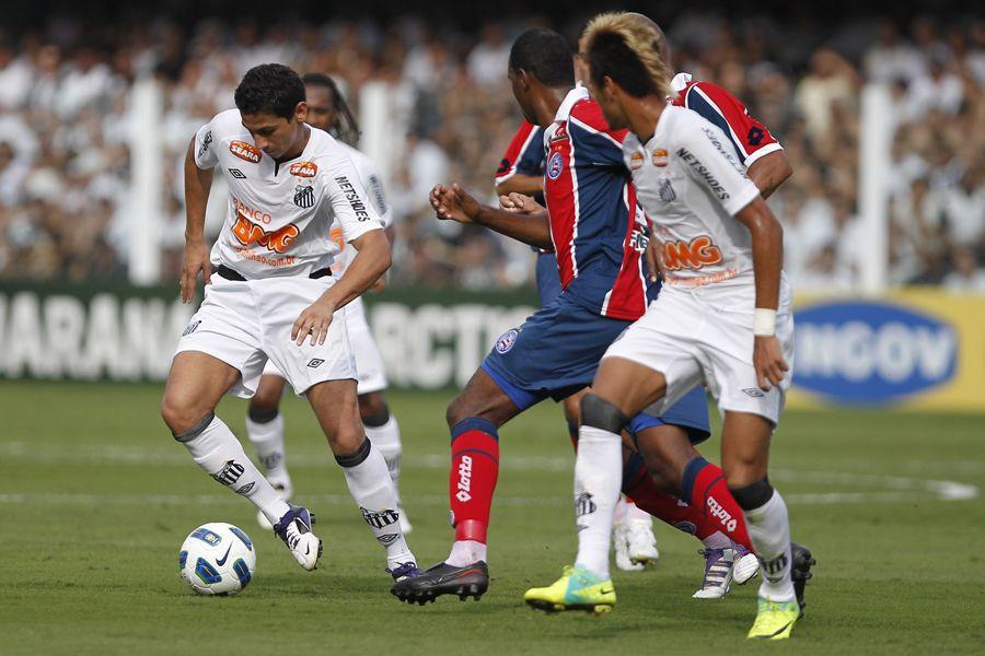 Paulo Henrique Ganso em disputa de bola com o jogador do Bahia / Luiz Fernando Menezes / AE