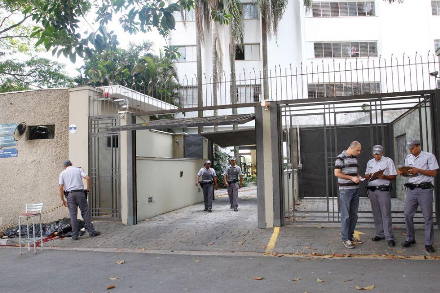 Dois homens armados chegaram ao condomínio em um Gol e anunciaram o assalto / Rahel Patrasso/Frame/Ae