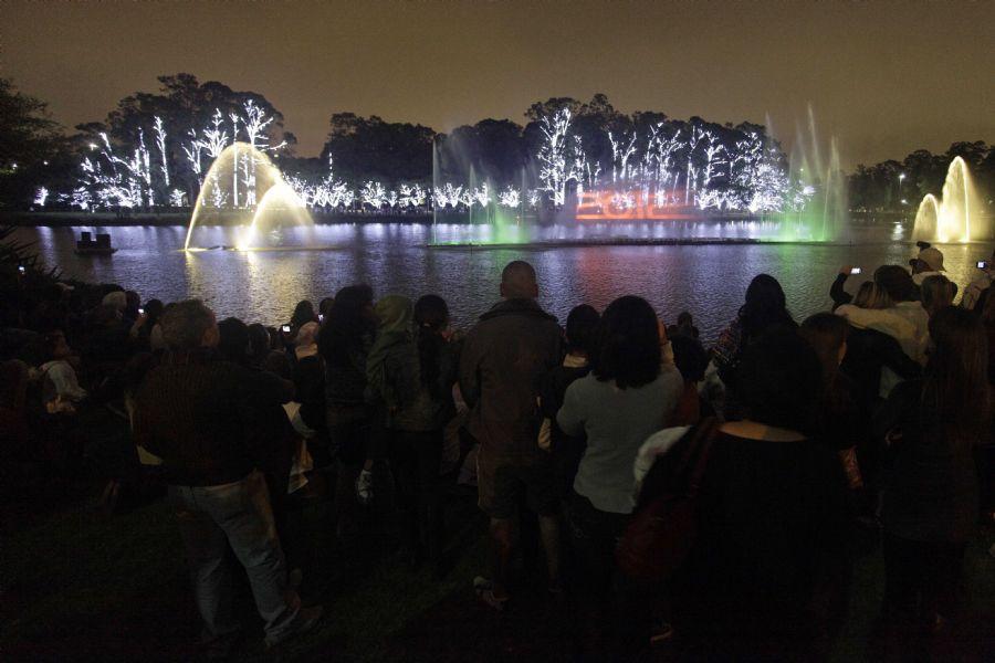 A iluminação da fonte no Parque do Ibirapuera faz parte da celebração natalina / Nelson Antoine/ FotoArena/ AE