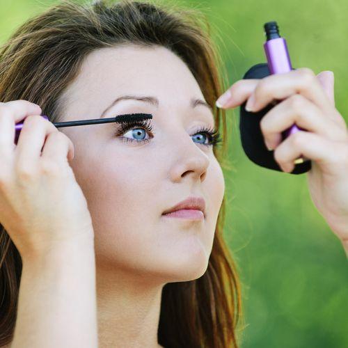 Aposte na maquiagem com tons verdes como tendência para a estação / BestPhotoStudio