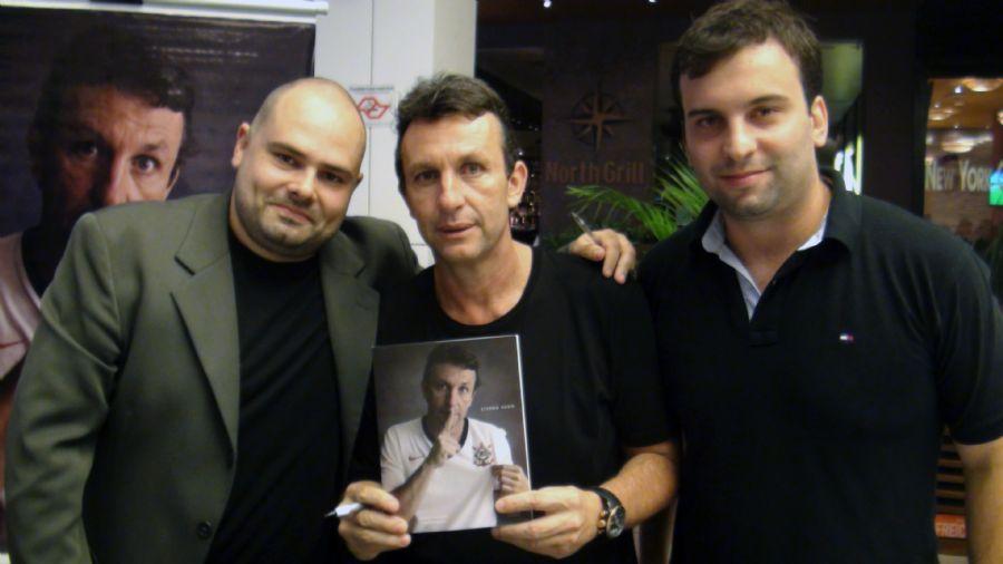 Neto e os autores do livro, Renato Nalesso e Fabricio Bosio