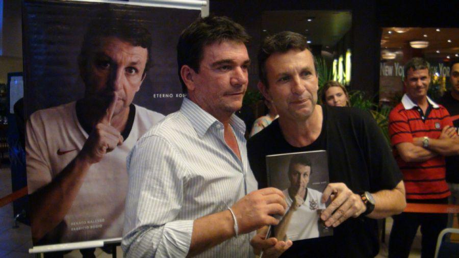 O presidente do Corinthians Andrés Sanchez prestigiou o relançamento do livro de Neto