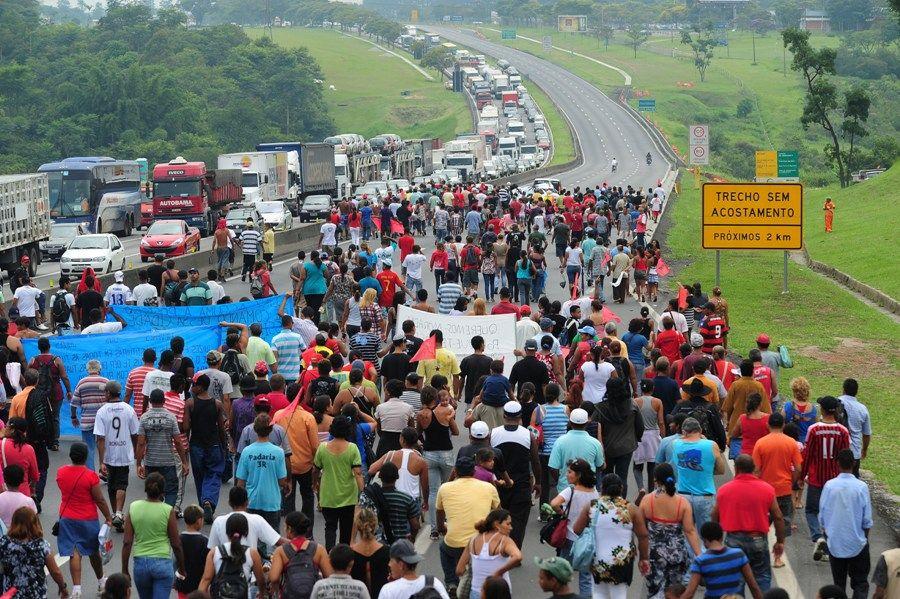 Ato contra reintegração de posse fechou duas pistas da Via Dutra hoje / Lucas Lacaz Ruiz/AE