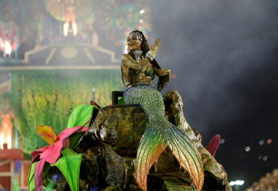 Sereias e outros seres de rio doce foram elementos da paisagem do desfile