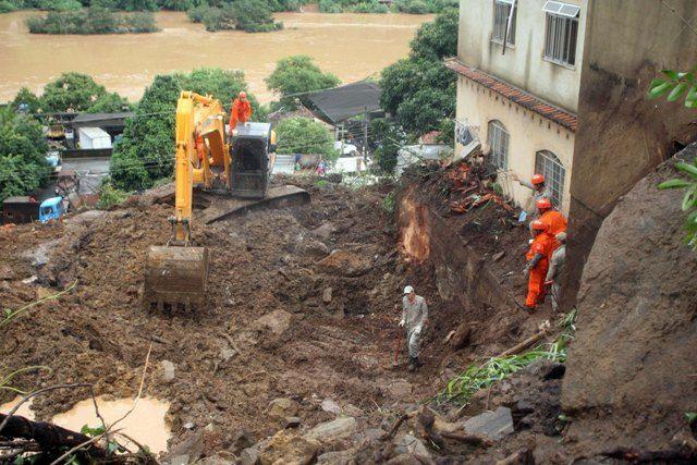 Equipe de busca conta com o auxílio de cães farejadores na busca de corpos soterrados debaixo dos escombros / Futura Press