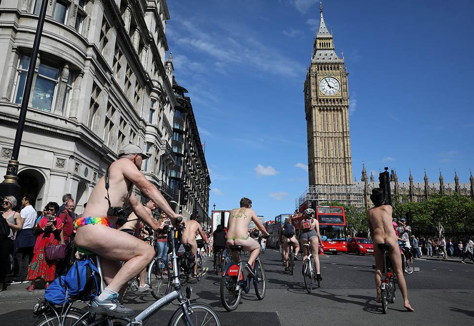 Ciclistas passeiam pelados por Londres