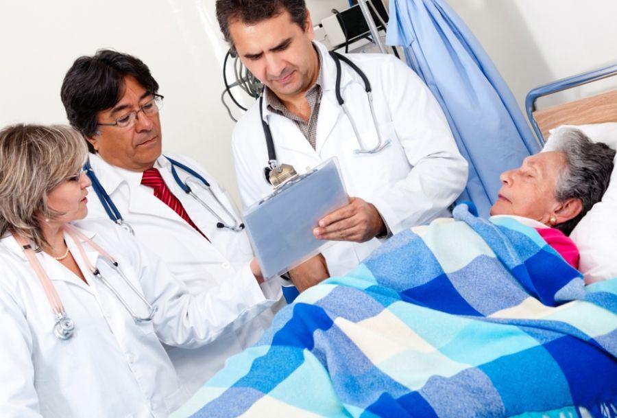 De acordo com a ANS, a primeira medida é verificar se o plano de saúde tem cobertura hospitalar / Andresr / Shutterstock
