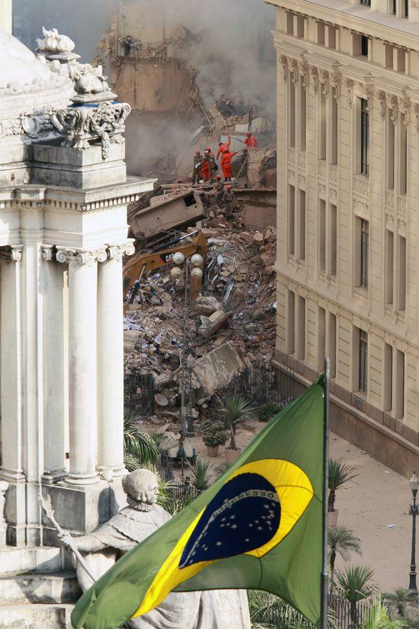 Um dos prédios que ruiu tinha cerca de 20 andares, o outro, 10, e o terceiro, 4 / Ari Versiani/ AFP
