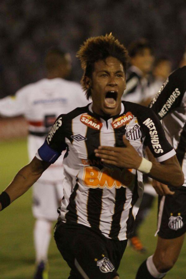 Neymar marcou três vezes contra o Botafogo / Bê Caviquioli/Futura Press