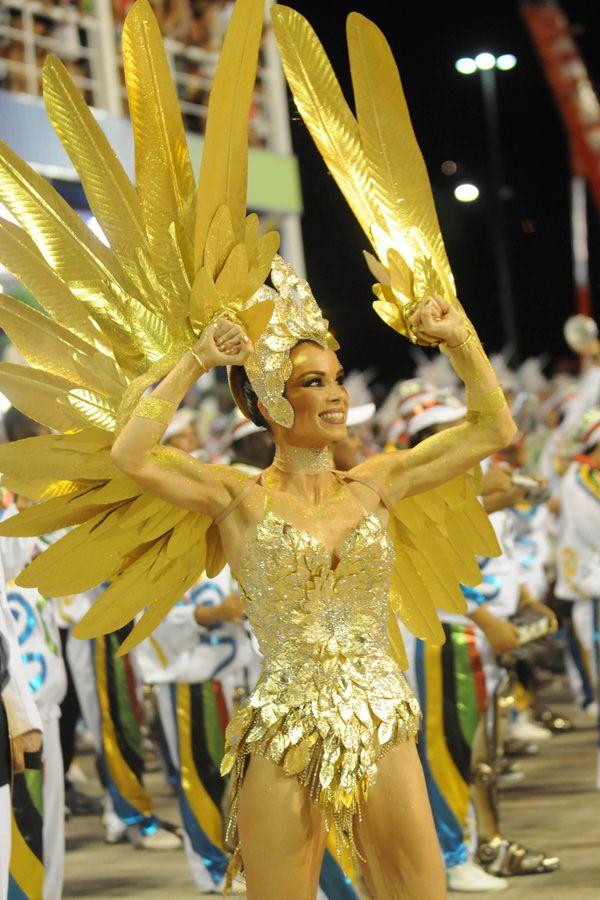 Ana Furtado, rainha de bateria da Grande Rio, mostra sua energia / Dhavid Normando/AE