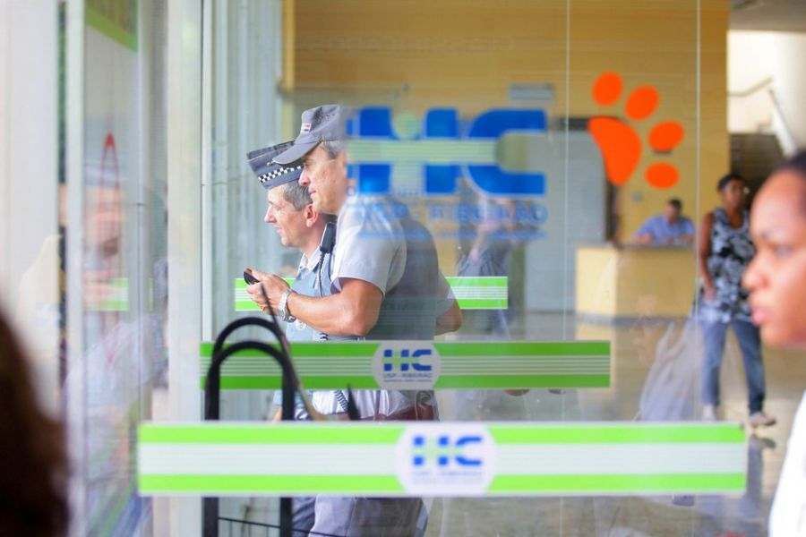 Policiais militares estiveram no prédio do Hospital das Clínicas para atender uma ocorrência de uma possível bomba que teria sido deixada no local / Piton/A Cidade/Futura Press