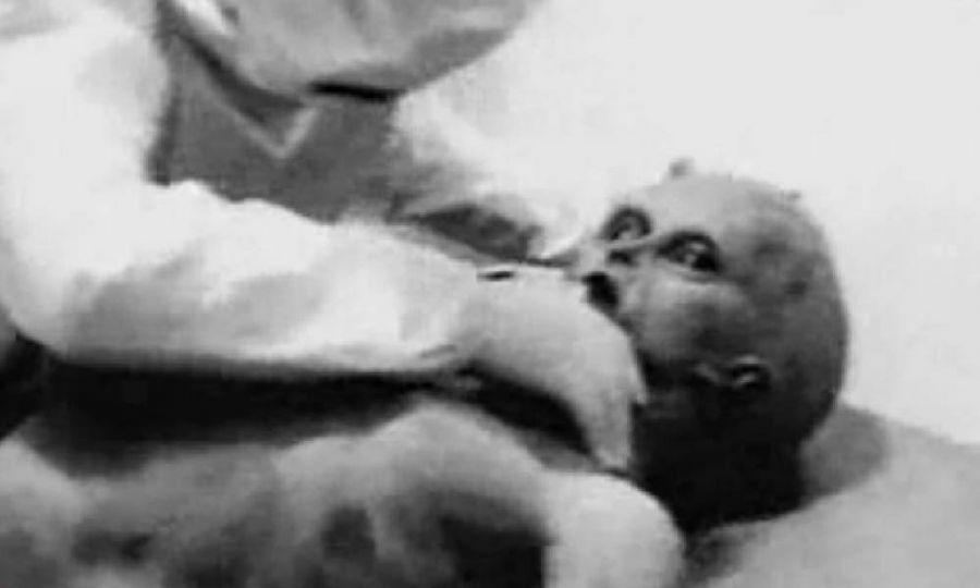 Imagem mostra suposta autópsia no extraterrestre de Roswell, em vídeo divulgado no ano de 1995 / Reprodução