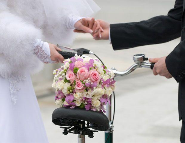 A bicicleta ajuda o casal a interagir na hora do clique / Shutterstock