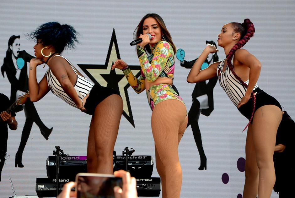 Anitta esbanja boa forma em show realizado em parque aquático