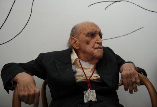 Médicos afirmam que Niemeyer respira sem ajuda de aparelhos / Vanderlei Almeida/AFP