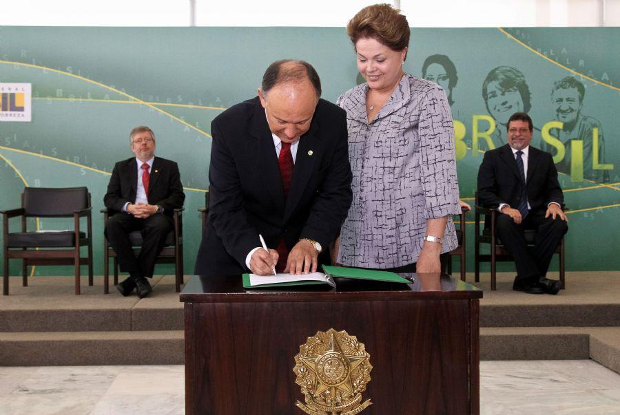 Pepe Vargas, ao lado de Dilma, assumiu o cargo oficialmente no final da manhã de hoje / Roberto Stuckert Filho/ PR