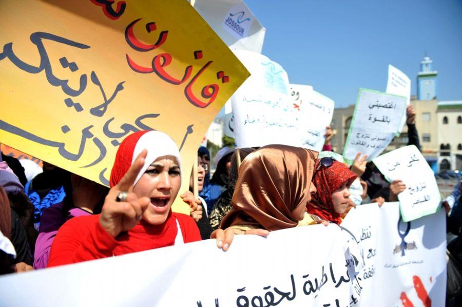 Ativistas protestam, em frente à corte de Larache, contra a lei que forçou jovem a casar com estuprador / AFP PHOTO / ABDELHAK SENNA