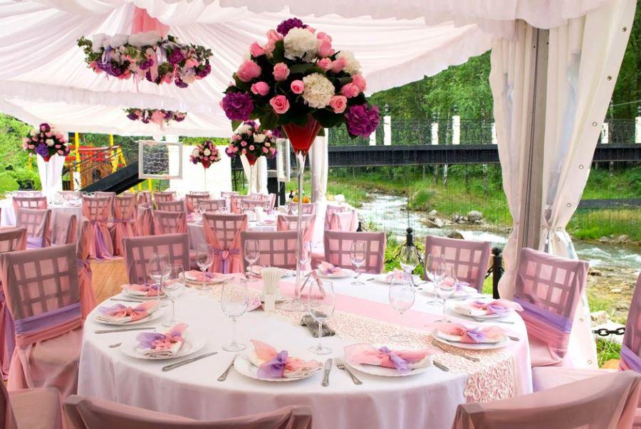 O uso de rosa na recepção do casamento, quando combinada com branco ou prata, dá mais leveza e clareza ao ambiente
