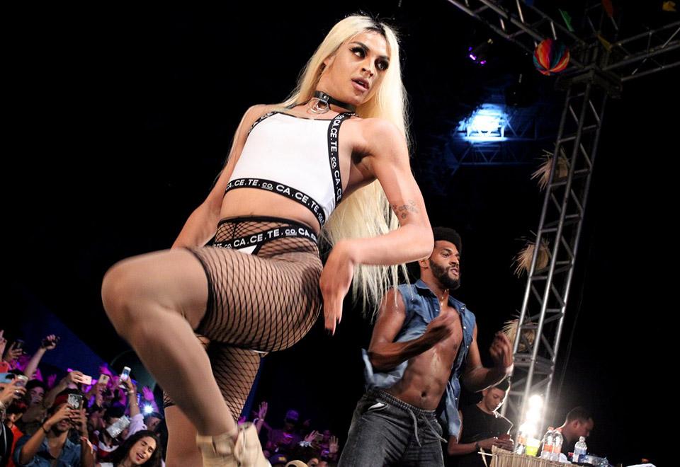 Pabllo Vittar sensualiza em show e leva fãs à loucura