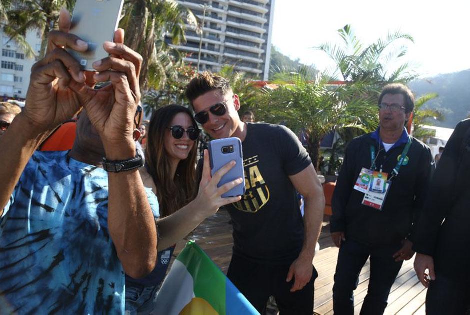 Zac Efron grava programa no Rio e atrai multidão