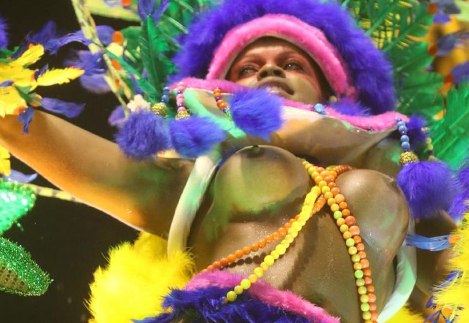 A Paraíso do Tuiuti abriu o primeiro dia de desfiles e trouxe mulheres com os seios à mostra