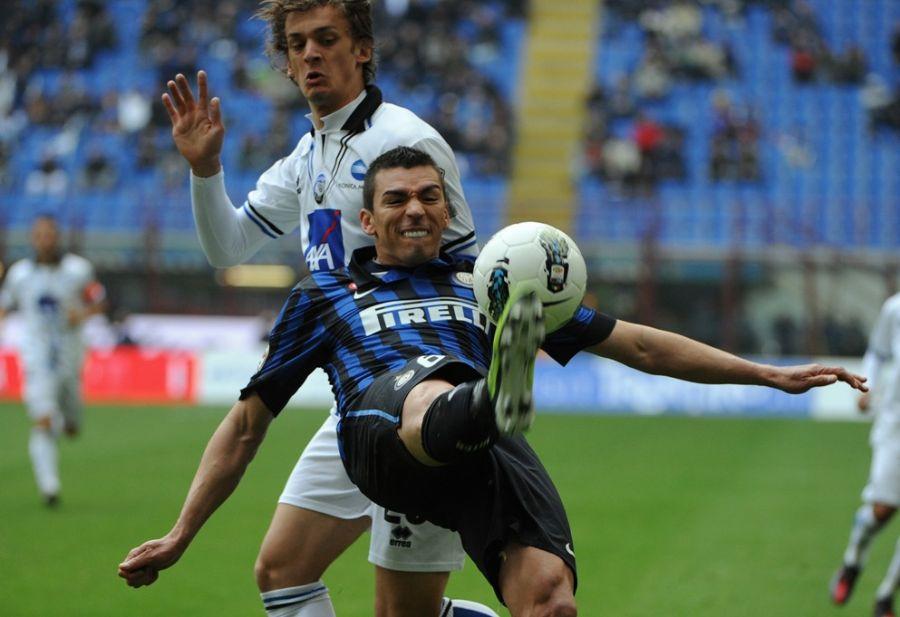 Lúcio tenta afastar a bola durante o empate da Inter / Olivier Morin/AFP