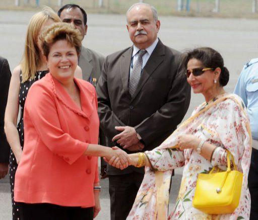 A presidente Dilma Rousseff foi recebida na terça-feira no aeroporto de Nova Délhi pela chanceler indiana Preneet Kaur  / Hansraj/ AFP